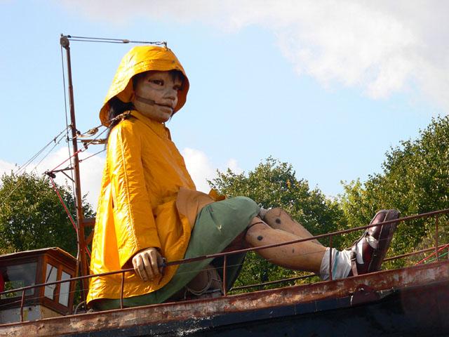 Die kleine Riesin auf ihrem Boot