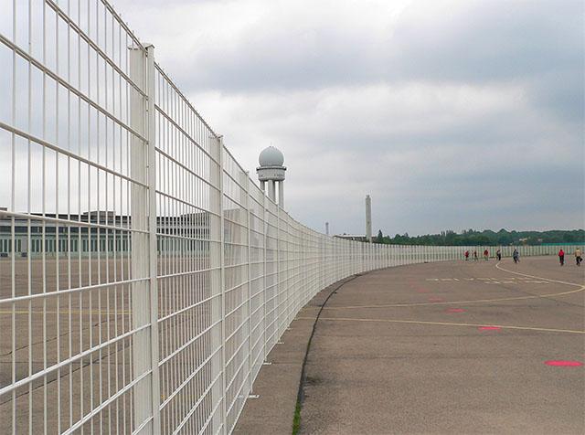 Tempelhofer Park - Radarturm hinter Absperrzaun