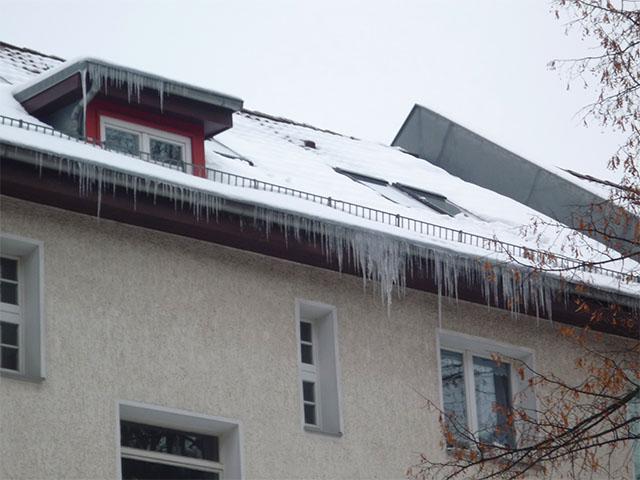 Eiszapfen am Dach