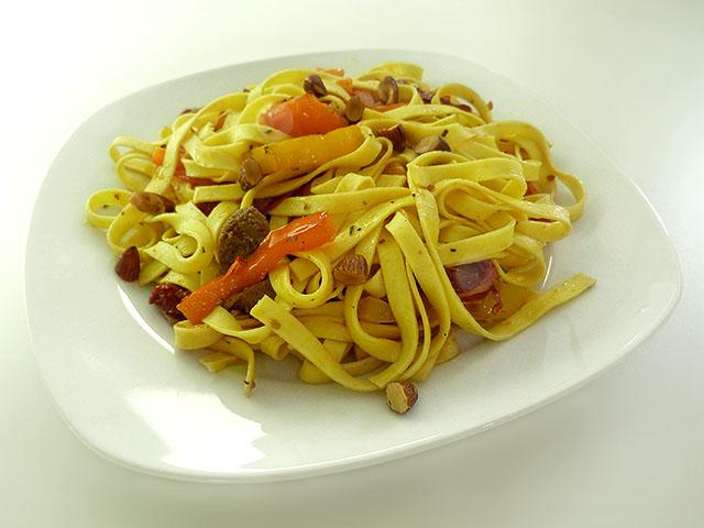 Tagliatelle mit Paprika, Merguez und Mandeln - Kochhaus
