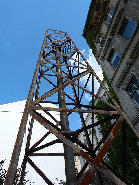 Stahlturm in einem Hinterhof der Kastanienallee