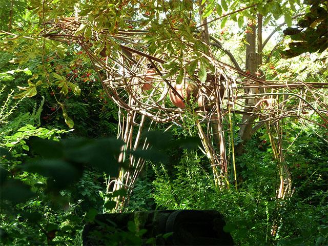 Strohtier in einem Hinterhof der Kastanienallee