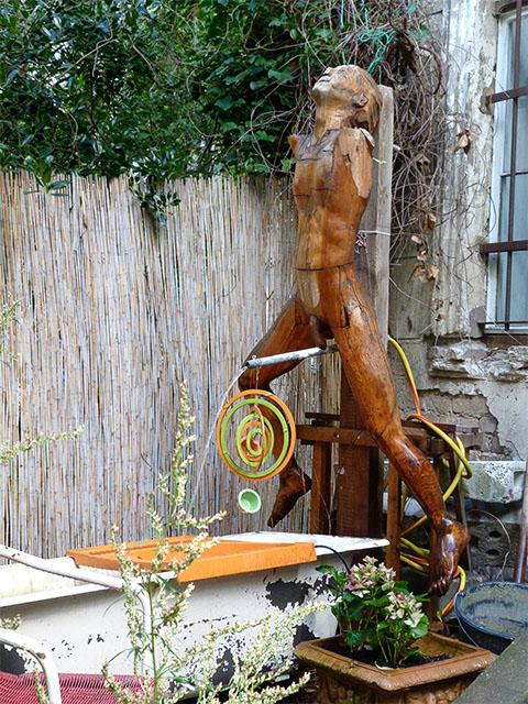 Wasserspiel in einem Hinterhof der Kastanienallee