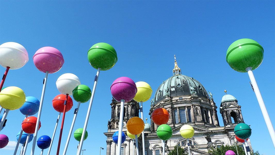 Berliner Dom und einige bunte Pins der begehbaren Stadtplans