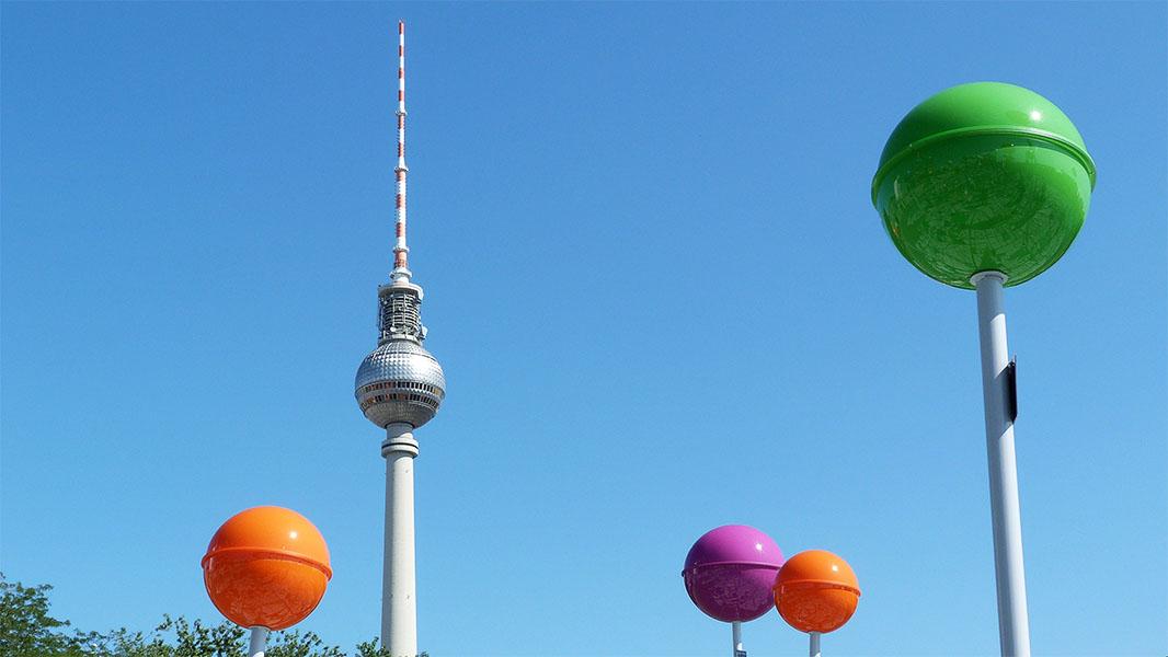Berliner Fernsehturm und die riesigen Stecknadeln des begehbaren Stadtplans