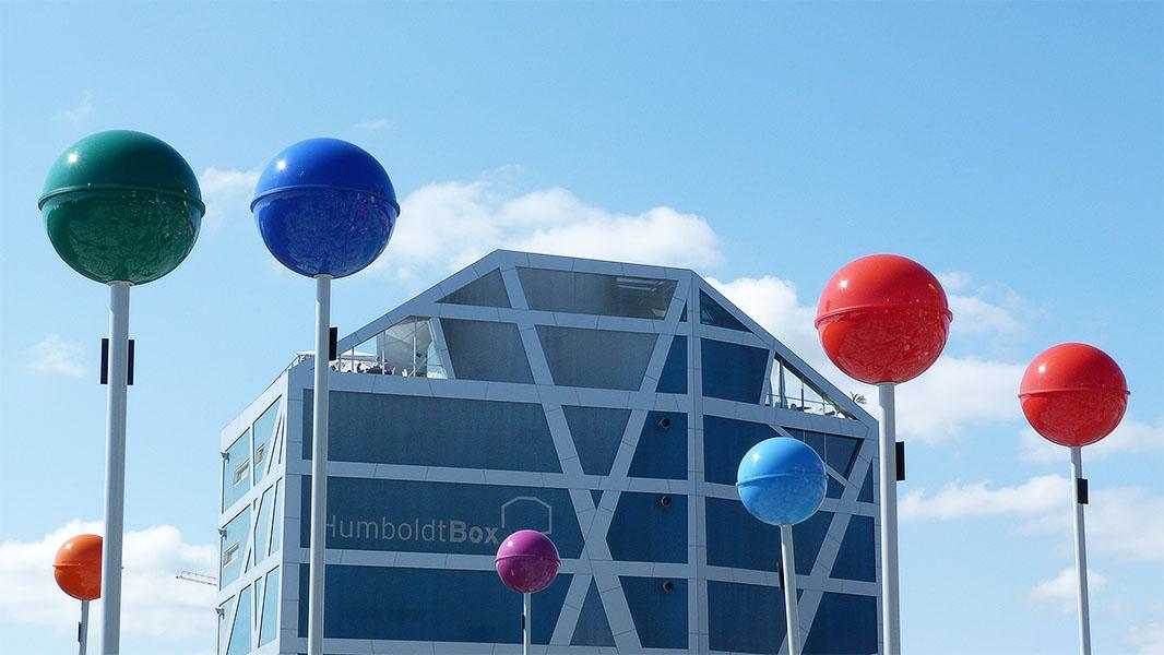Humboldt-Box und die riesigen Pins des begehbaren Stadtplans