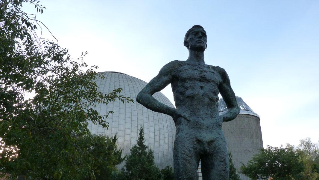 Statue vor dem Großplanetarium in Berlin