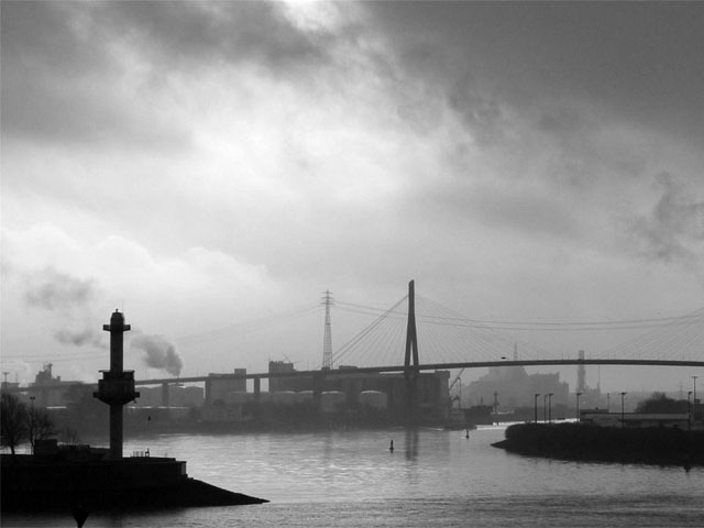 Hamburger Hafen vom Stadtteil Altona aus gesehen