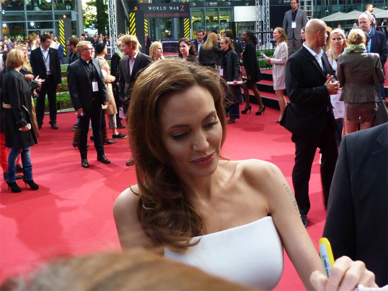 "Angelina Jolie gibt Autogramme - ""World War Z""-Premiere Berlin"