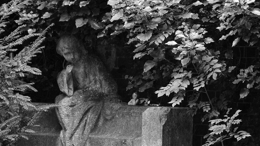 Engelsstatue auf dem Friedhof im Bürgerpark Pankow - schwarz/weiß