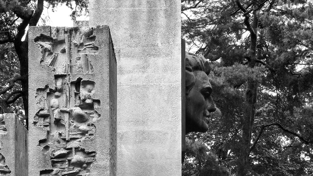 Julius Fučík-Denkmal im Bürgerpark Pankow - schwarz/weiß
