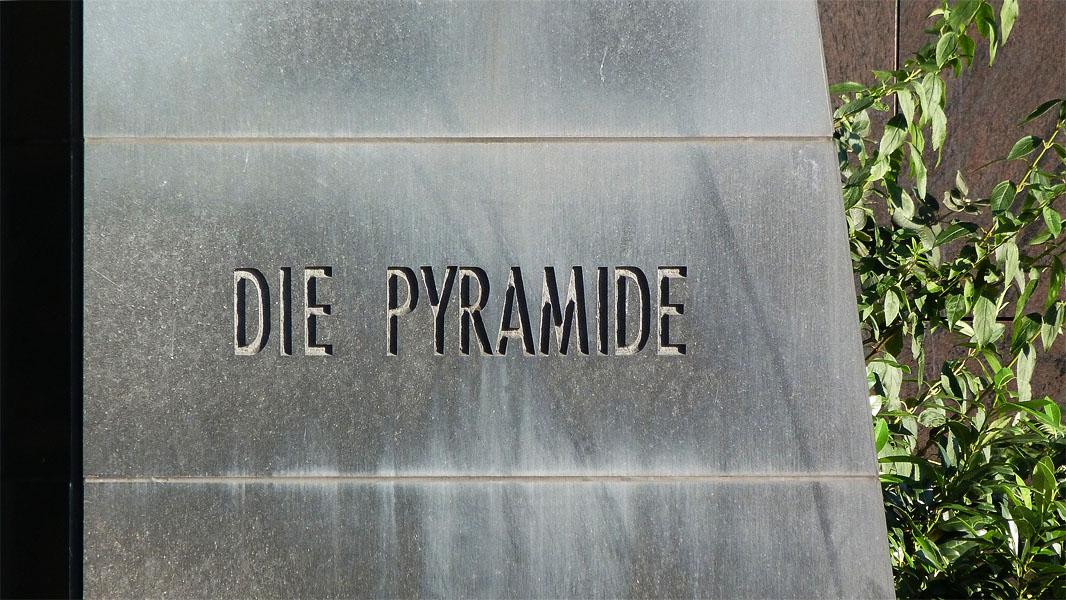 Die Pyramide Berlin - Schriftzug