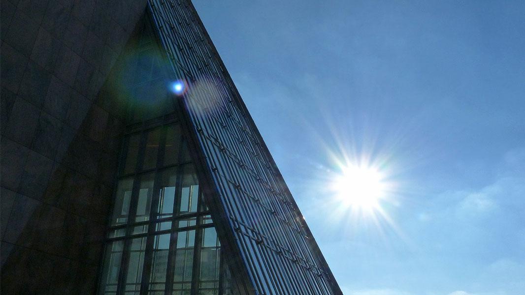 Sonne hinter der Pyramide Berlin