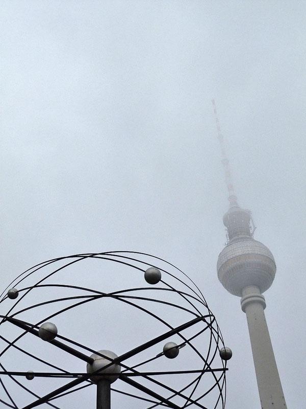 Fernsehturm und Weltzeituhr im Nebel