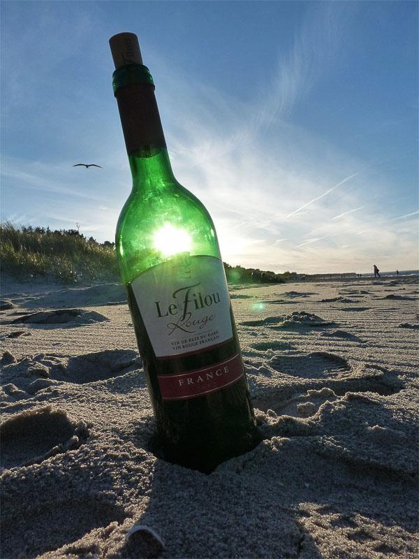 Rotwein im Sandstrand in Zingst