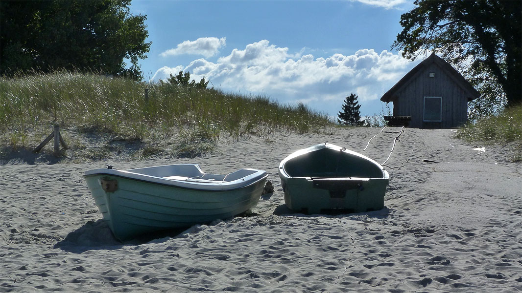 Ruderboote am Strand in Zingst