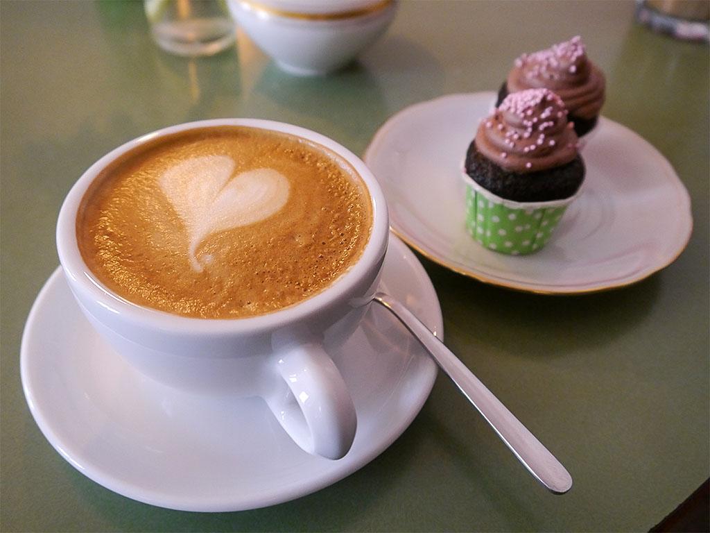"Cappuccino & vegane Geburtstags-Cupcakes im ""Stück vom Glück"""
