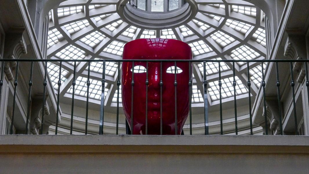 Rote Maske in der Mädler-passage in Leipzig