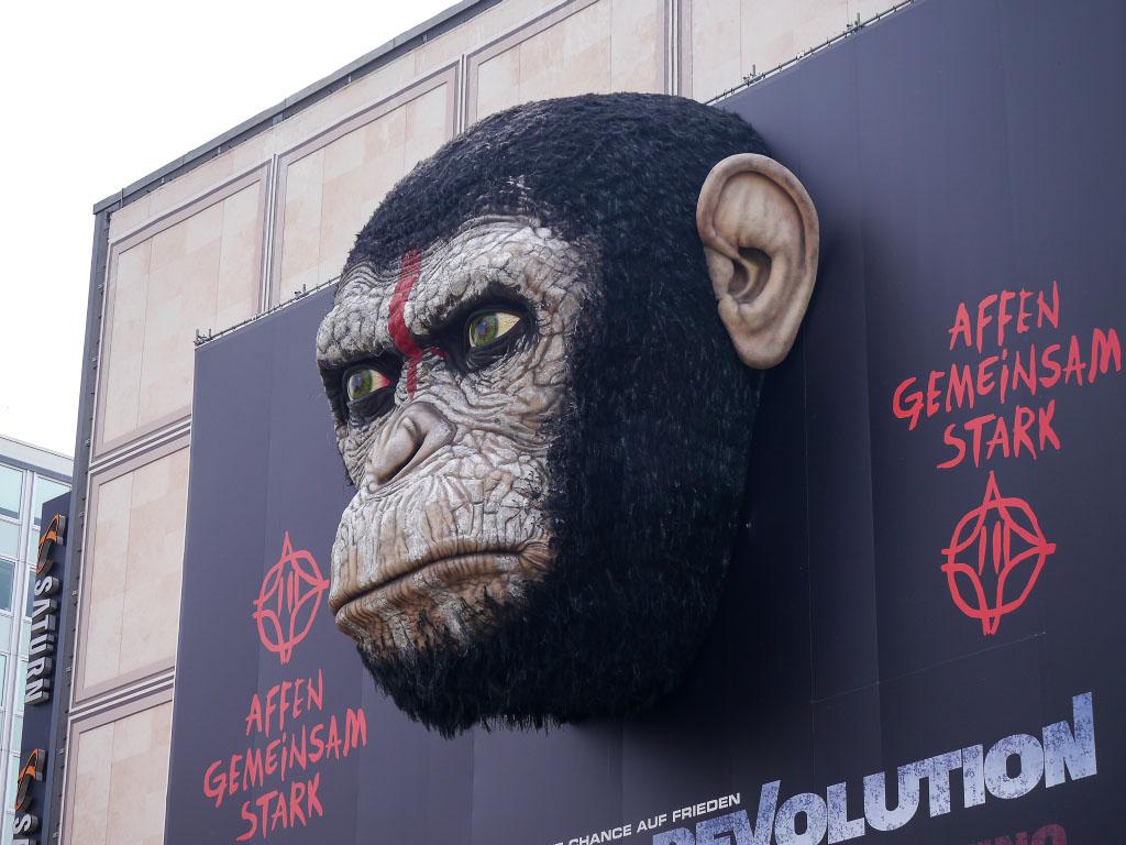 """""""Planet der Affen - Revolution"""" Werbung auf dem Alexanderplatz"""