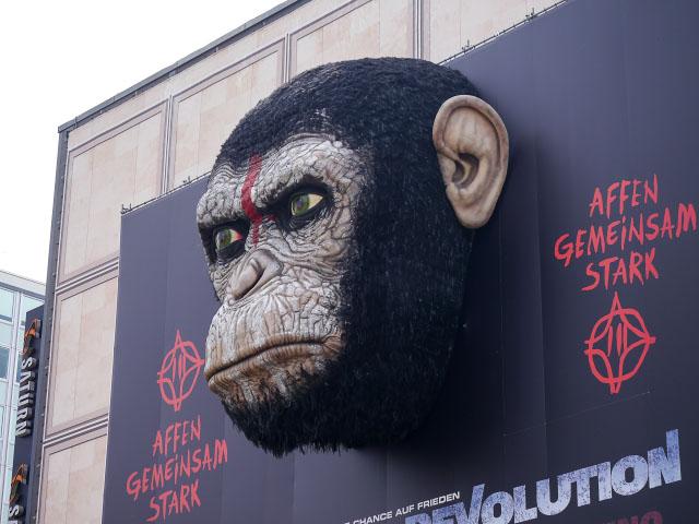 """""""Planet der Affen - Revolution"""" - Riesige Werbung am Alexanderplatz"""