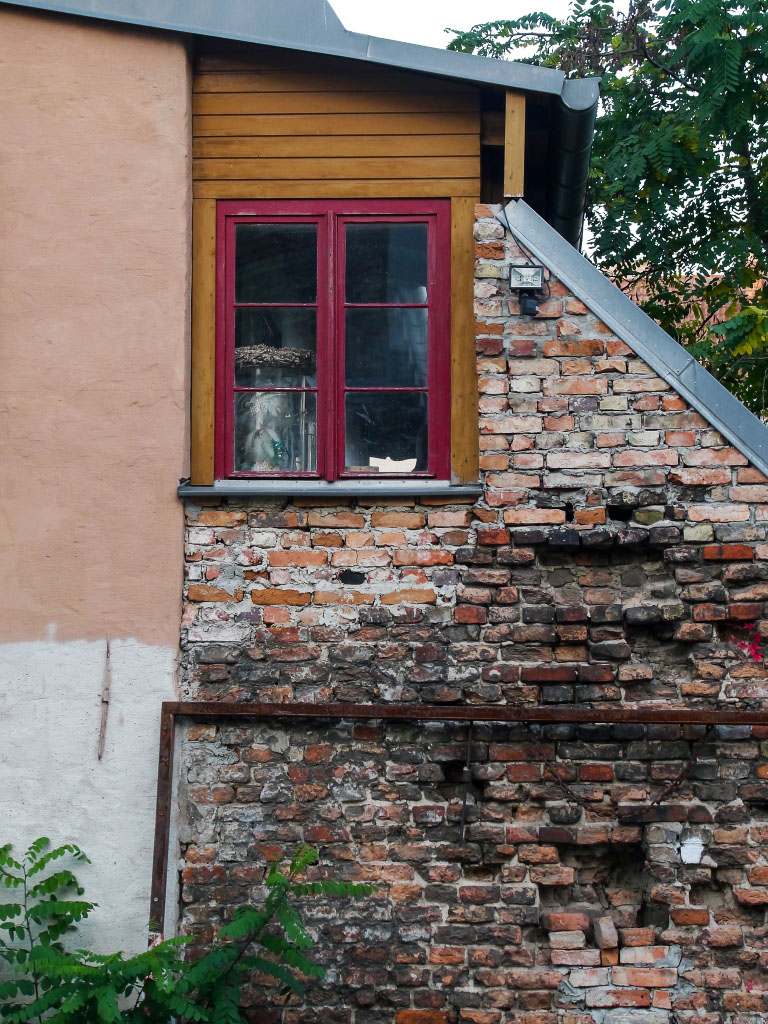 Fenster in alter Steinmauer