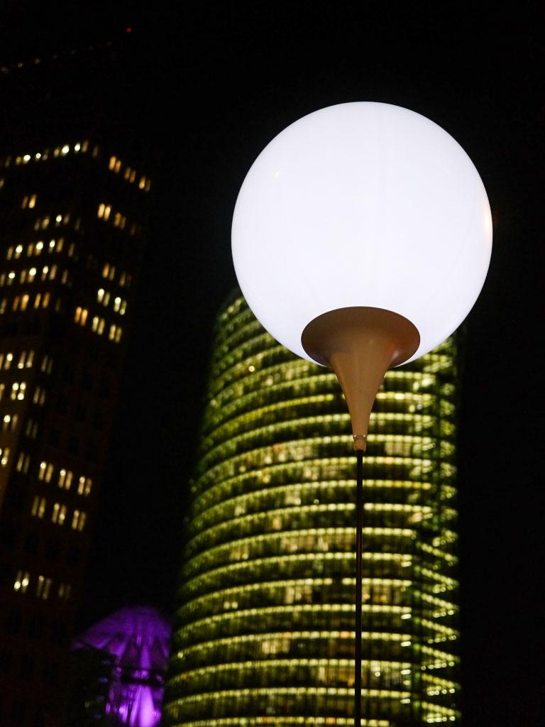 Leuchtender Ballon am Potsdamer Platz