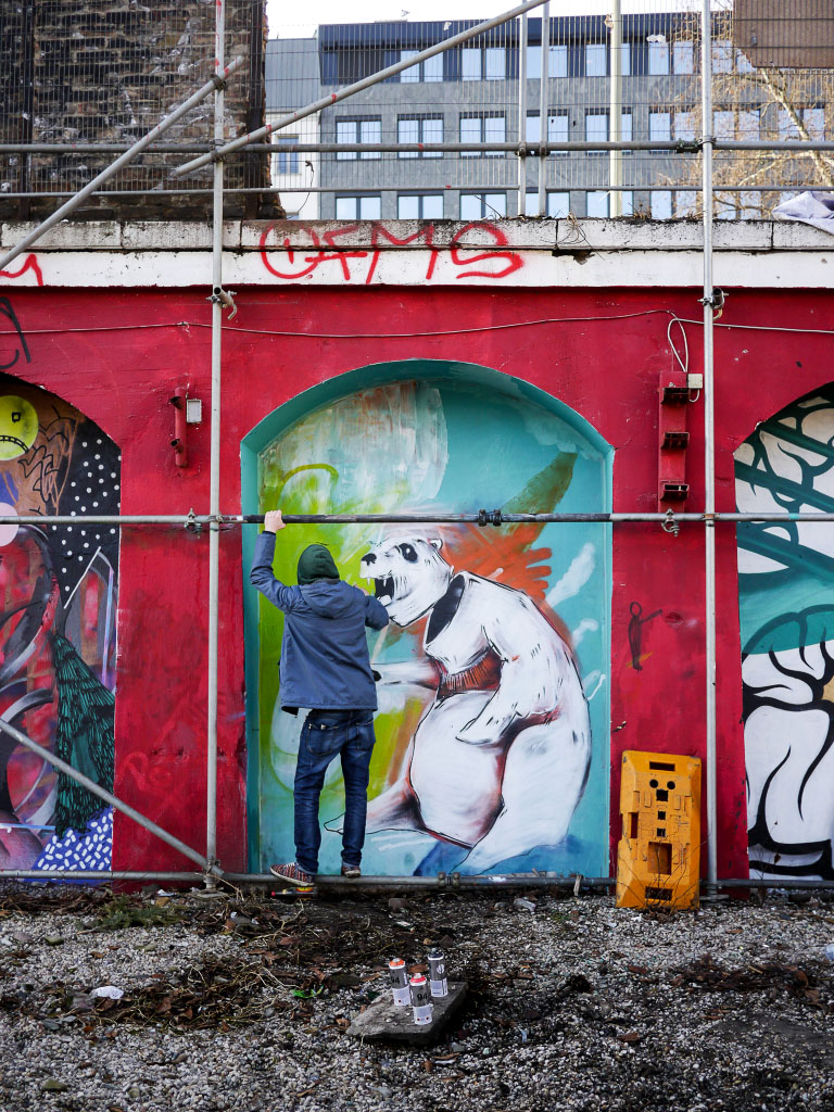 Graffiti Sprayer in der Urban Spree Berlin