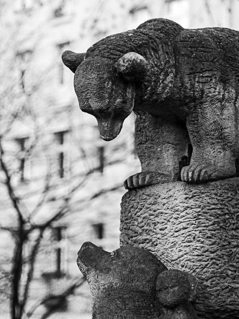 Spielende Bären - Sandstein-Statue von Stefan Horota