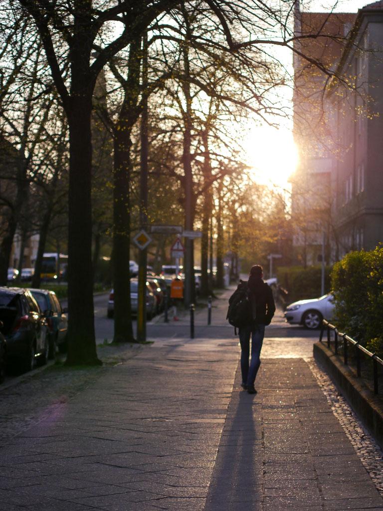 Fussgänger bei Sonnenaufgang im Kissingenviertel