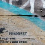"""Graffiti - """"Vermisst wird Willi, eine einbeinige, zahme Krähe..."""""""