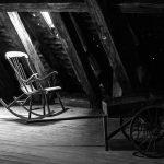 Schaukelstuhl auf altem Dachboden