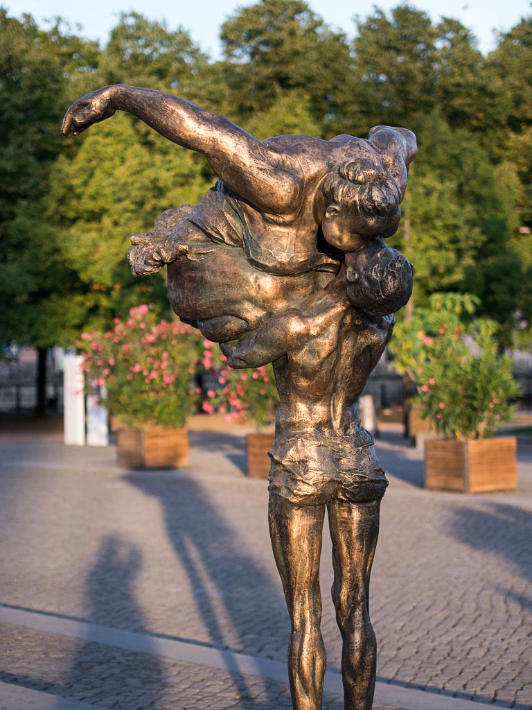 """Chubby Women"" Lustgarten Berlin - Kiss / Kuss"