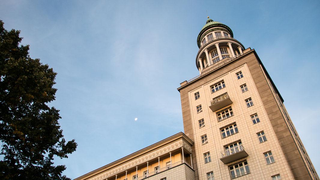 Frankfurter Tor mit Mond