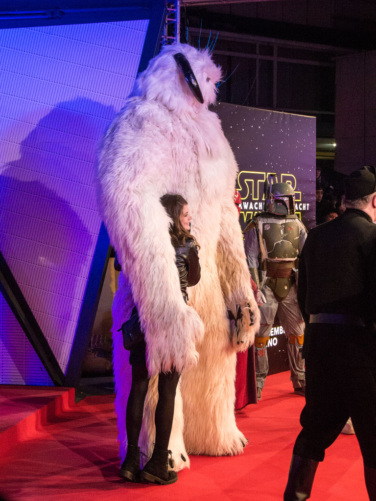 Wampa mit Fan - Star Wars: Das Erwachen der Macht Premiere Berlin