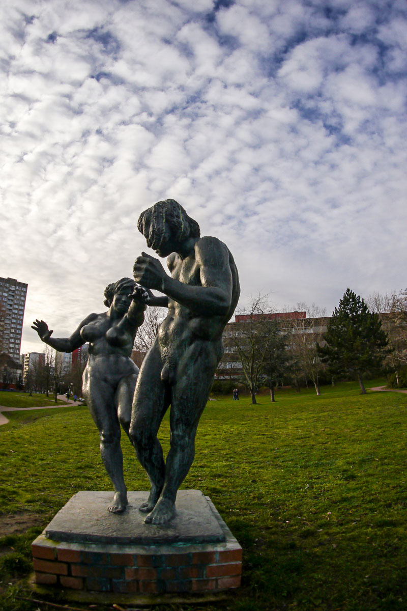 """""""Die Liebenden"""" - Bronzestatue am Fennpfuhl"""