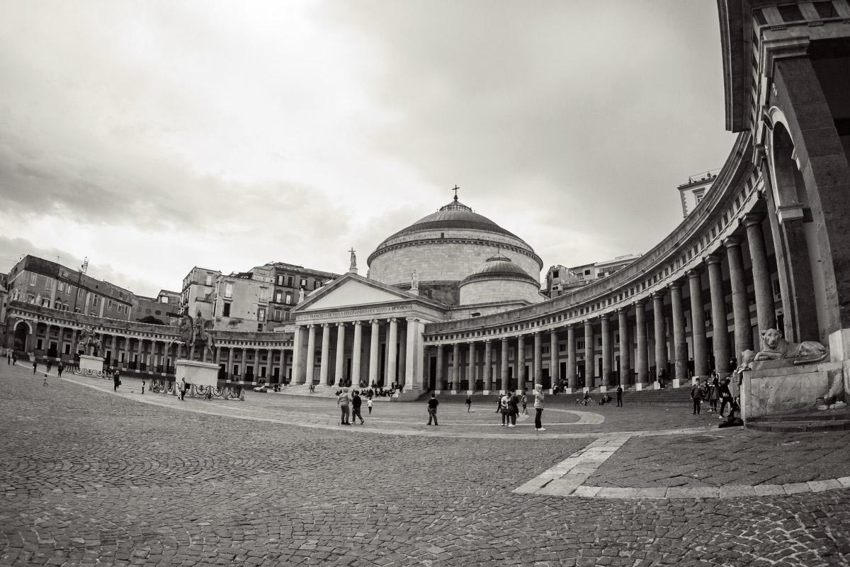 Piazza Plebiscito in Neapel - Helligkeitskontrast